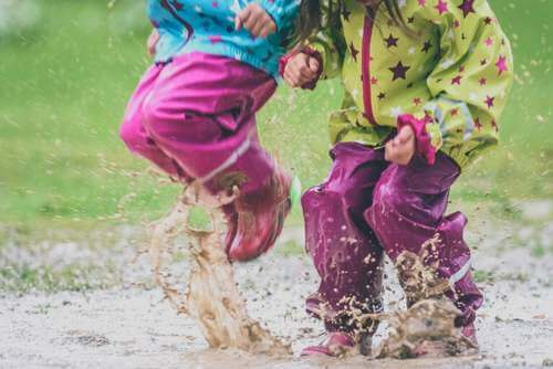 Bambini che giocano nel fango