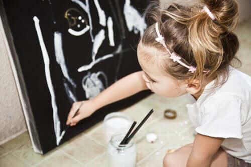 bambina che disegna quadro colori