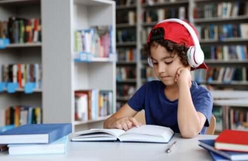 Bambino in biblioteca.