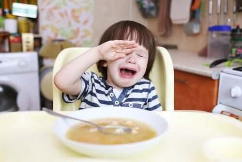 Bambino che fa i capricci con il cibo.