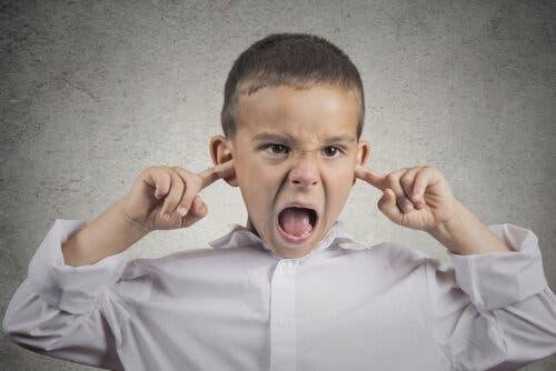 bambino che si tappa le orecchie