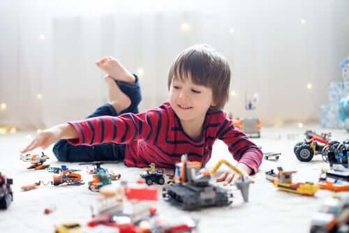 Bambino con troppi giocattoli