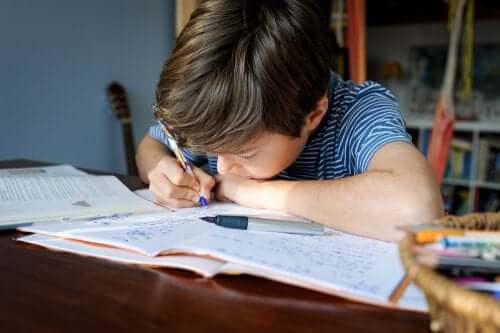 Bambino che fai compiti per casa