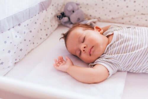 un materasso rigido può contribuire a prevenire la morte improvvisa del lattante