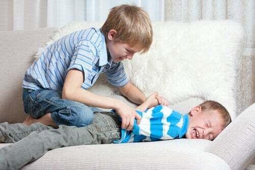 Fratelli che litigano sul divano.