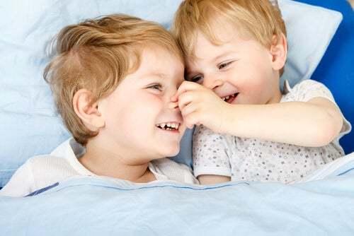 Gelosia tra fratelli: fratello e sorella che si vogliono bene.