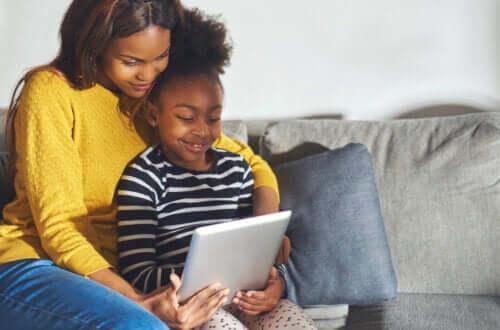 Mamma e figlia guardano qualcosa sul tablet.
