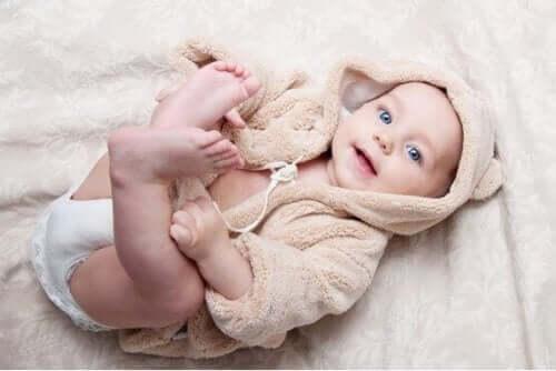 Il percentile di un neonato. Neonato con accappatoio.