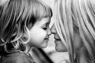 L'avventura di essere madre, figlia e madre naso contro naso.