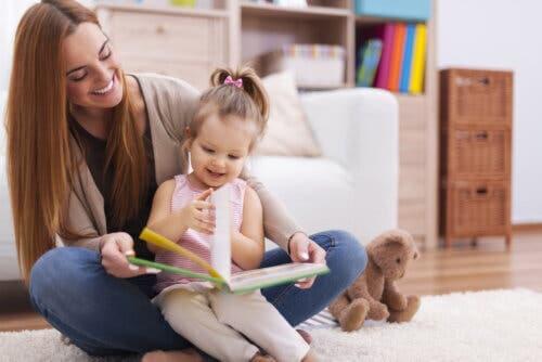 mamma che legge una favola alla figlia