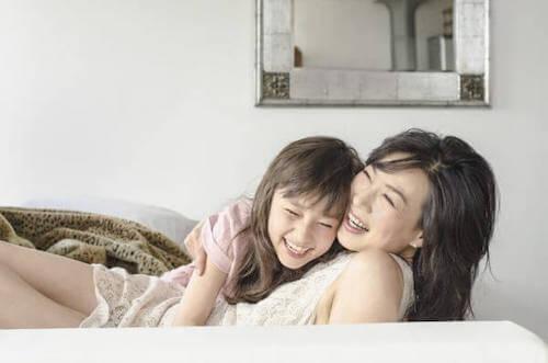 mamma e figlia che ridono