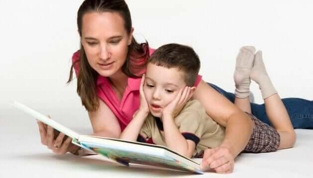 Come insegnare l'amore per la scrittura. Madre e figlio leggono insieme.