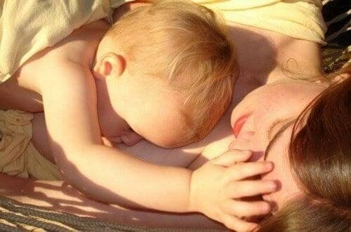 Mamma e figlio dormono al sole.