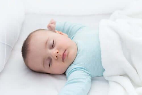 per prevenire la morte improvvisa del lattante è bene mettere il bebè a dormire a pancia in su