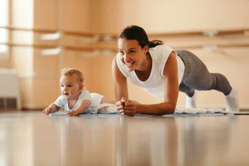 mamma e bambino che fanno ginnastica
