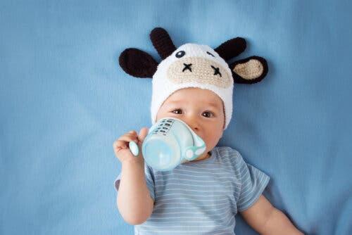 bambino prende il latte dal biberon