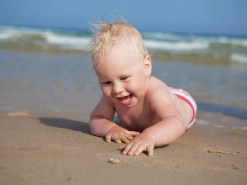 Neonato sulla spiaggia