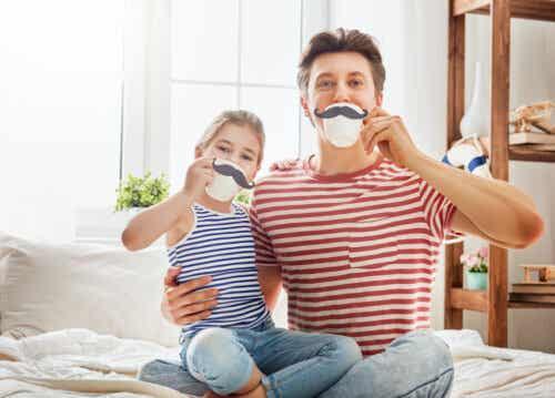 Padre e figlia che giocano insieme.
