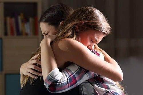 I figli sbagliano: mamma e figlia si abbracciano