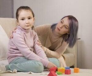 Bambina con autismo che gioca