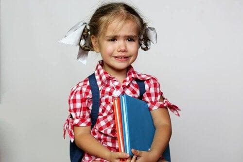 Bambina in lacrime