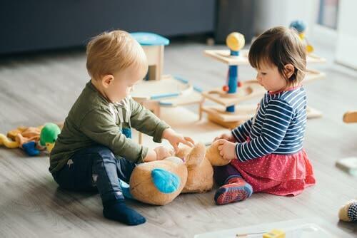 Bambini che giocano all'asilo.
