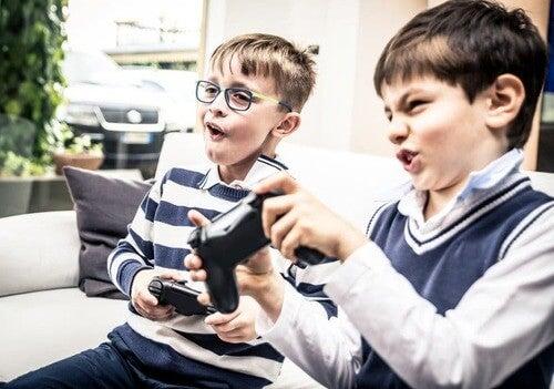 Dipendenza dai videogiochi: bambini giocano con i videogiochi