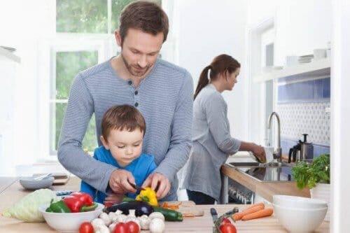Padre e figlio che preparano le verdure per il minestrone