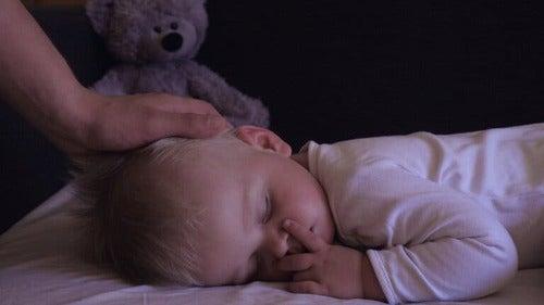 Ipnopedia: bambino piccolo addormentato con orsetto
