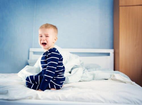 bambino che piange perché non dorme