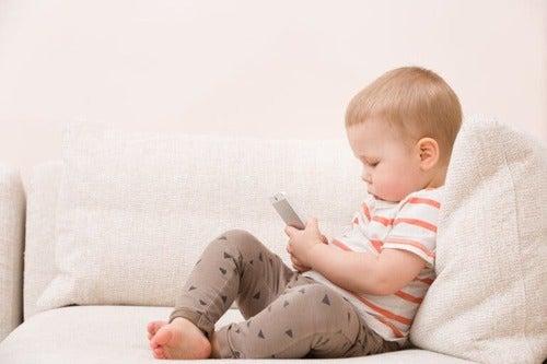 Bambino piccolo con smartphone in mano