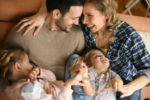 Padre madre e figlie che ridono