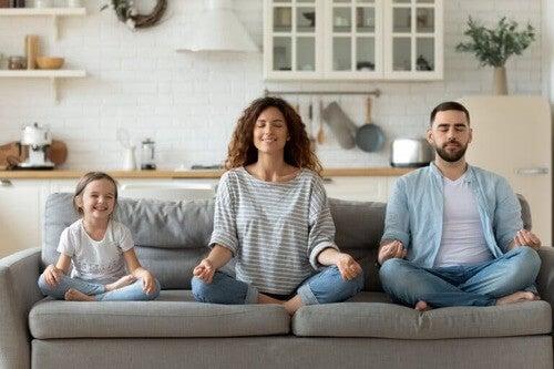 Famiglia che fa meditazione