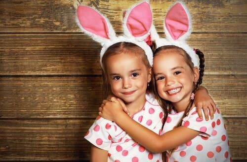 Sorelle gemelle con orecchie da coniglio