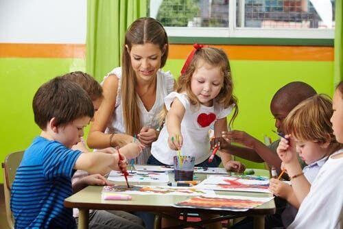 giochi creativi per bambini: bambini dell'asilo che dipingono