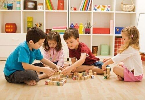 Bambini che giocano con i dadi