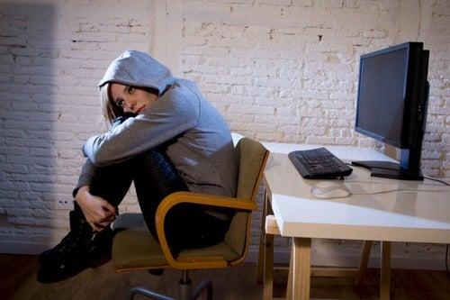 Ragazza isolata davanti al computer.