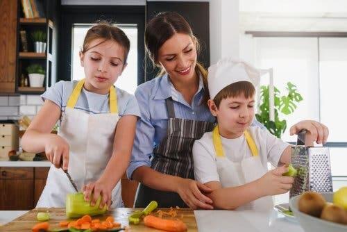 Madre e figli in cucina che preparano le verdure