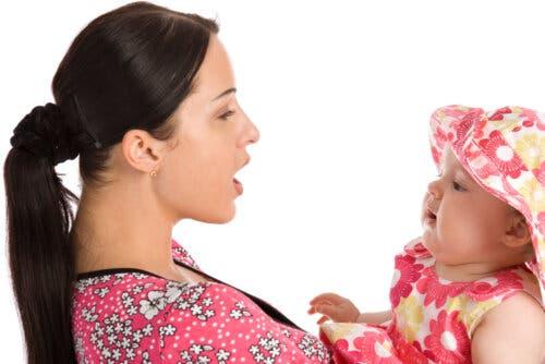 mamma che insegna a parlare alla figlia