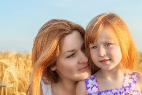 Mamma e figlia con i capelli biondi.