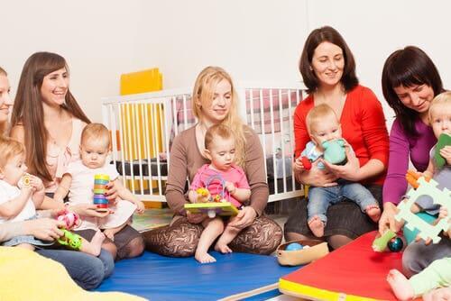 Mamme e figli all'asilo.