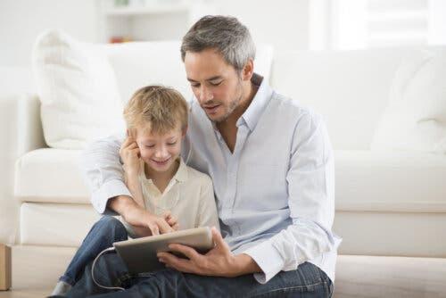 Padre e figlio con tablet