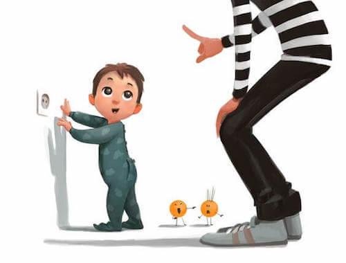 Padre che dice al figlio di non toccare la presa elettrica