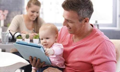 Papà e figlio di fronte ad un tablet