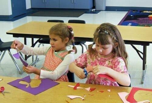 Bambine ritagliano la carta