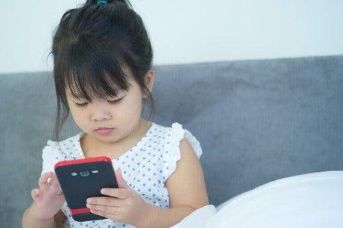 Bambina usa il telefono dei genitori