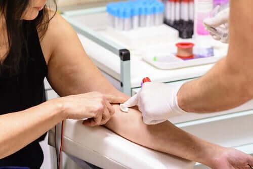 Donna che si sottopone ad un prelievo del sangue.