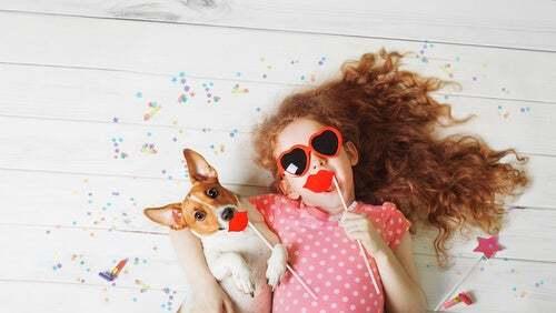 Bambina che gioca con il cane.