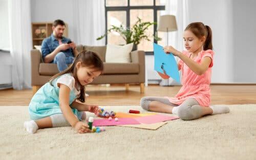 Bambine che realizzano lavoretti manuali con i pon-pon
