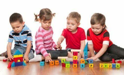 Bambini che giocano tutti insieme.